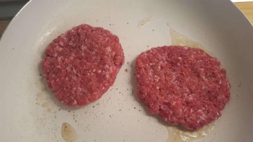 Hamburger húspogácsa sütése