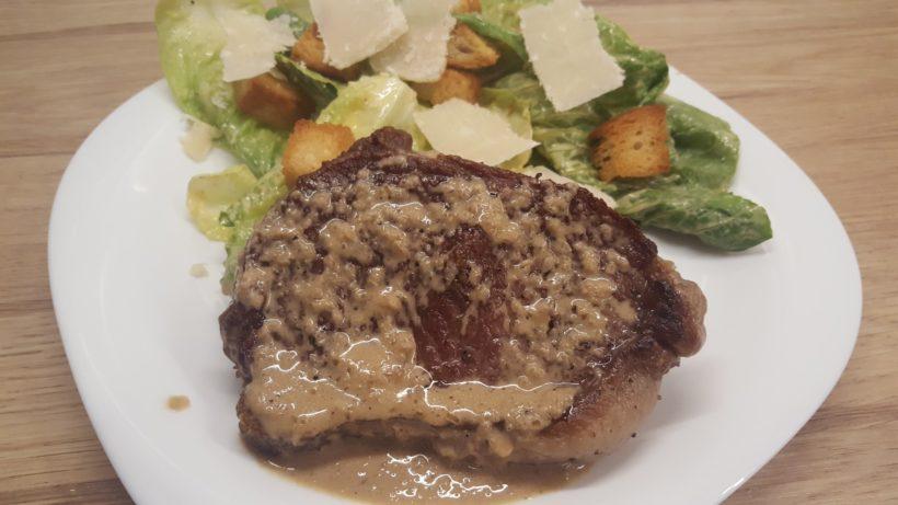 Hátszín steak serpenyős szósszal és cézár salátával