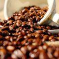 Kávészemek és kávéscsésze
