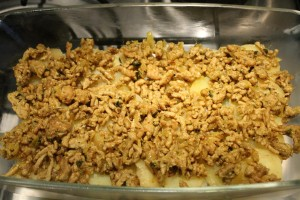 Keleti rakott krumpli készítése: a második réteg darált hús