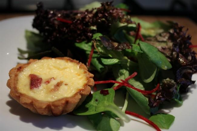 Kicsi quiche lorraine tárkonyecetes mesclun salátával