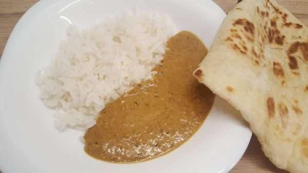 Korma szósz rizzsel és naan kenyérrel