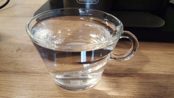 Laktózmentes cappuccino készítése 1 - csésze forró vízzel