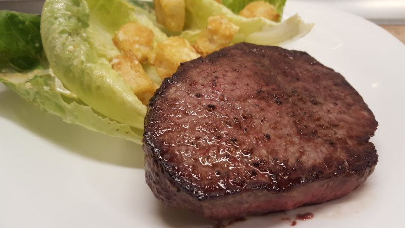 Marha comb steak cézár salátával
