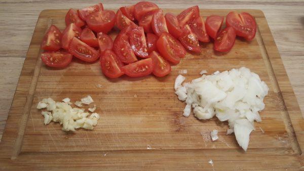 Olasz paradicsomos spagetti készítése 1 - Aprított koktélparadicsom, hagyma, fokhagyma