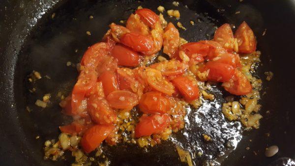 Olasz paradicsomos spagetti készítése 4 - paradicsomos szósz koktélparadicsommal