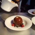 Vanilio Royal, tejcsokoládés ganache-sal csokoládé gömbbe rejtve, Rosabaya de Colombia öntettel