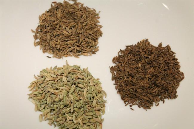 Római kömény (balra fent), köménymag (jobbra), édeskömény mag (balra lent)