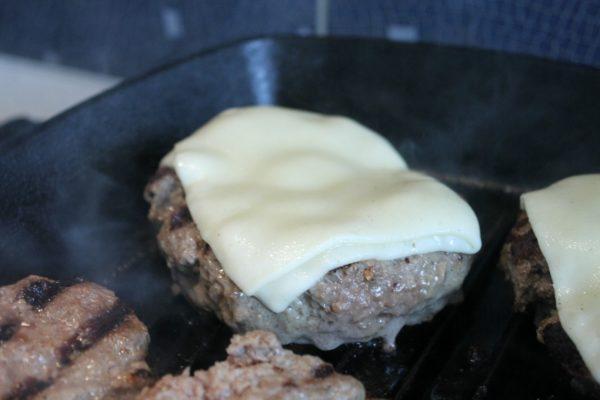 Sajtburger sütése 2