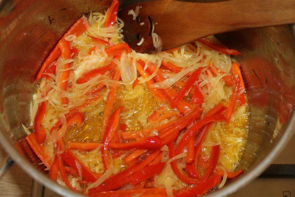 Spanyol paprikás krumpli készítése - pirított hagyma, fokhagyma és paprika