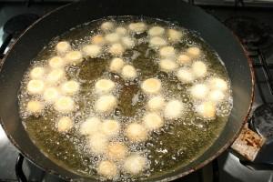 Struffoli készítése: süsd ki forró olajban
