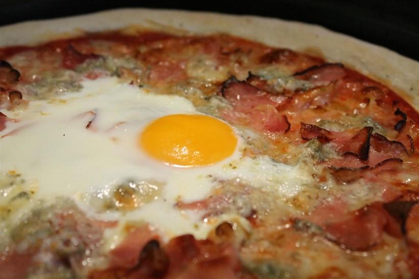Tojásos pizza (Bismarck)