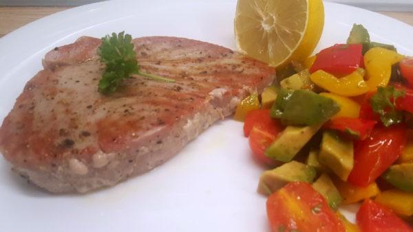 Tonhal steak avokádós kaliforniai paprika salátával