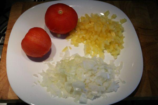 Török rizs elkészítése 1 - apróra vágott hagyma, zöldpaprika, hámozott paradicsom
