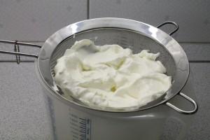 Tzatziki készítése: joghurt csöpögtetése